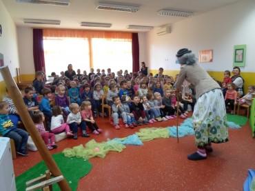 """U petak 27. studenog, u Dječjem vrtiću """"Potočnica"""" održana kazališna predstava """"Djevojčica i stablo"""""""